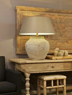 antiek eiken of oud houten wandtafel met oude vaaslamp (met witte kap?)