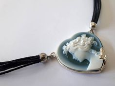 Ehi, ho trovato questa fantastica inserzione di Etsy su https://www.etsy.com/it/listing/563106177/blue-cameo-necklace-heart-woman-profile