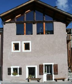 Chalet Hamlet Les Menuires - Praranger Chalet Hamlet is 4 km from the centre of Les Menuires. It offers ski storage and ski equipment can be hired at the property. A free bus that leads to the slopes stops 200 metres away.