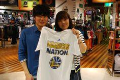 【大阪店】2014.06.05 カップルでプレゼント用にウォーリアーズのTシャツをご購入いただきました!とっても喜んで頂けると思いますよ!!^^また着てくださいね~!! #nba
