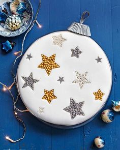 christmas cake Frances Quinns easy step-by-step guide to creating a Christmas showstopper its a guaranteed way to impress your guests. Christmas Cake Designs, Christmas Cake Decorations, Christmas Cupcakes, Holiday Cakes, Christmas Desserts, Christmas Treats, Christmas Foods, Xmas Cakes, Christmas Biscuits
