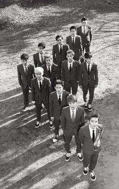 ♡ EXO E at first I was like. When did Luhan get so tall then I realized it was Sehun K Pop, Exo Group Photo, Exo 12, Chanyeol Baekhyun, Exo Official, Exo Lockscreen, Xiuchen, Kpop Exo, Exo Members
