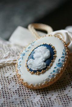 Donatella Semalo - amazing cakes and cookies Cameo Cookies, Cameo Cake, Paint Cookies, Tea Cookies, Galletas Cookies, Fancy Cookies, Vintage Cookies, Royal Icing Cookies, Cupcake Cookies