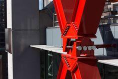 Vigas vermelhas marcam torre criada por Rogers Stirk Harbour
