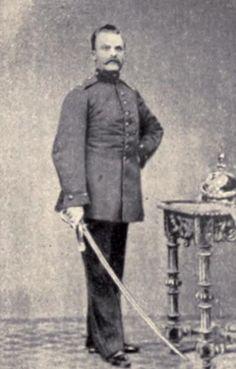 Friedrich Nietzsche (1844-1900), el filósofo alemán más importante de la era Bismarck (1815-1898), posando con el uniforme de la artillería prusiana en agosto de 1868 cuando prestó sus servicios de voluntario durante un año en el Regimiento de Artillería de Naumburg.  (Public Domain) #miercolesretratos #EnciclopediaLibre