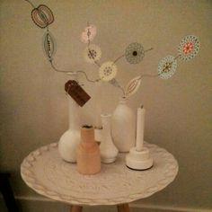 Witte schaal met witte accessoires van Nosiss. Papieren bloemen Blom van Jurianne Matter.