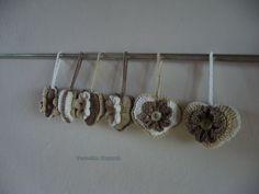 Srdíčko Háčkované srdíčko z bavlněných přízí, naplněné polyesterem s kytičkou a knoflíkem z obou stran. Barva bílá, hnědozelená, béžová. Rozměry cca 6x7cm, délka očka cca 6cm. Cena je za 1ks.