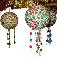 Faîtes de jolies boules de Noël en mosaïque. Très originales, elles décoreront votre sapin ou votre maison. Plus de 2500 Tutos et DIY sur Creavea.com- Leader Français du loisir créatif!