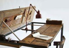 10 Möbel Designs aus antikem Holz - Schreibtisch und Tischlampe