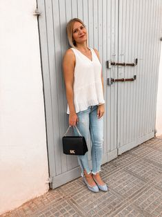 Weiße Bluse im Sommer kombinieren Bluse Outfit, Denim Look, Streetstyle, Outfits, Sporty Chic, Sleeveless Blouse, Styling Tips, Outfit Ideas, Dressing Up