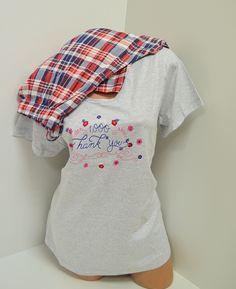 Памучна пижама макси с горна част в сиво и къси ръкави, а панталона е в свежо каре - синьо, червено и бяло. Удобна и мека