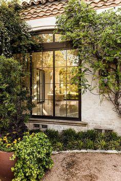 Rustikal: Ein luxuriöses Haus mit rustikalen Möbeln und Plüschtextilien