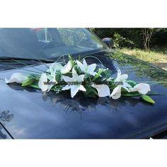 Composition florale pour la voiture de mariées. Gerbe de mariage longuer: 90cm.  La décoration est fait main en France avec;  Des lys, des arums, des roses, des coquelicots blanche, du gypsophile et du feuillage!  http://bouquet-de-la-mariee.com
