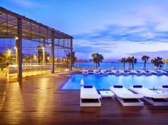 Desain kolam renang terbuka dengan view pantai