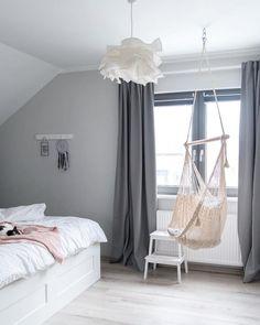 Grey Dreams! Das zeitlose Grau lässt Dein Schlafzimmer erstrahlen, füllt es mit natürlicher Wärme und sorgt für den nötigen Wohlfühl-Faktor. Die Wandfarbe Alpina im beruhigenden Grau lädt zum Träumen ein! // Schlafzimmer Ideen Wandfarbe Grau Grey Bett Hängesessel Vorhang Leuchte Lampe Skandinavisch Hund Dog   #Schlafzimmer #SchlafzimmerIdeen #Wandfarbe #Hängesessel #Skandinavisch #Gutenacht @projekt_dom