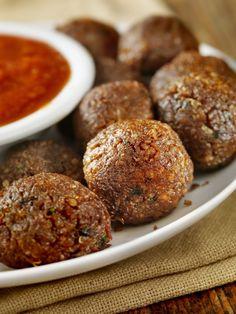 Recette de boulettes de quinoa, une bonne idée à servir à l'apéritif, accompagnées d'une savoureuse purée de tomates à la coriandre par ex.
