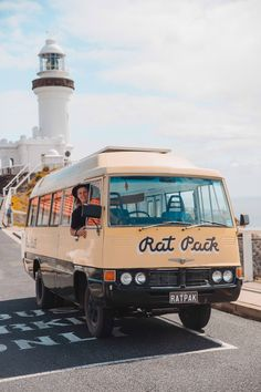 Van Life in der Byron Bay Bus Life, Gap Year, Travel Aesthetic, Byron Bay, Adventure Is Out There, Aesthetic Pictures, Adventure Travel, Surfing, Bus Conversion