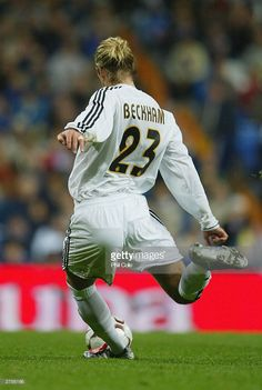 David Beckham of Real Madrid takes a free kick during the Spanish Premier match between Real Madrid and Albacete at the Bernabau Stadium on November 23 2003 in Madrid Spain. Real Madrid Club, Real Madrid Football Club, World Football, Football Players, Adidas Soccer Shoes, Adidas Football, Sport Football, David Beckham Football, Posh And Becks