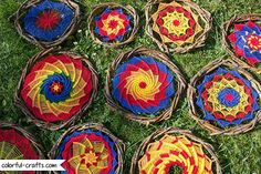 How to make a sun dreamcatcher – spiral series Making Dream Catchers, Dream Catcher Craft, Dream Catcher Boho, Paper Flowers Craft, Flower Crafts, Mandala Art Therapy, God's Eye Craft, Diy Dream Catcher Tutorial, Dream Catcher Patterns