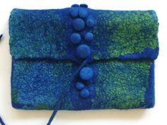 Klicken zum Schliessen - is this a fastening with bobbles and a cord? Nuno Felting, Needle Felting, Felt Purse, Felting Tutorials, Felt Fabric, Handmade Felt, Felt Art, Felt Crafts, Fiber Art