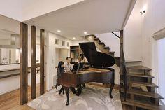 ご主人念願のグランドピアノは小さめのアンティークもの。リビングの雰囲気にぴったりと調和している