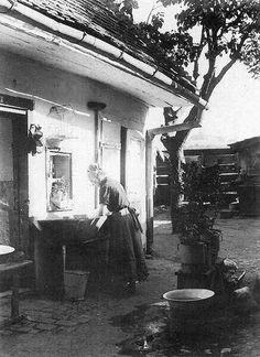 Mosás egy tabáni ház udvarán, 1920-as évek. Old Pictures, Historical Photos, Homeland, Hungary, Tao, Budapest, In This Moment, History, Image