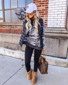 10 Surprisingly Cute Sporty Outfits To Try Casual Outfits Cute sporty outfits are not all they used to be. Girls sporty outfits have become more provocative in the last few years. These sporty outfits are bei. Cute Fall Outfits, Casual Winter Outfits, Winter Fashion Outfits, Autumn Winter Fashion, Trendy Outfits, Fashionable Outfits, Winter Wear, Winter Weekend Outfit, Country Winter Outfits