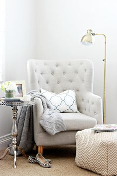 Vary your textures and finishes to add energy to an overall neutral space. The lamp, pillow and table add so much to this space. All HomeGoods finds. Fåtöljen
