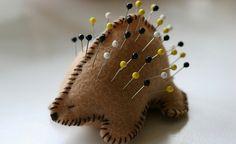 Alfiletero con forma de puercoespín