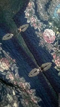 Купить или заказать Валяный жилет 'Над серебряной водой' в интернет-магазине на Ярмарке Мастеров. Валяный жилет из одноименного павловопосадского платка полуприталенного силуэта со спущенным плечом, застежка на крючки с элементами макраме.Горловина, борта и низ жилета обработан декоративной тесьмой.Изнанка жилета выложена волокнами вискозы.