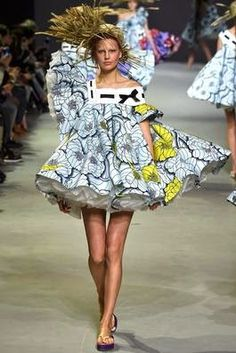 Dit ontwerp van Viktor & Rolf uit de Spring 2015 Couture inspireert mij heel erg. Het materialen gebruik vind ik erg indrukwekkend. De petticoat maakt het jurkje breder en laat de stof met bloemenprint bovenop als het ware zweven.De houd met uitstekende granen doet mij denken aan de boerderij wat weer overeenkomt met mijn leven. Het ontwerp doet naar mijn idee wat weghebben van een vogelverschrikker maar dan wel de moderne versie.