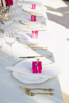 Pink and gold wedding table setting with pink wedding favors (a macaron inside each box) | www.theprettycrusades.com