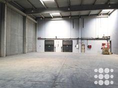 Nave logística en Alquiler Sta. Perpetua Mogoda - Ref. P4058 - Nave logística aislada de 2.589m² situada en Santa Perpetua de Mogoda.  Dispone de dos muelles de carga automatizados, 3 puertas de acceso tipo TIR, alturas libres de 9,20m, gran patio privativo vallado de 2.000m², zona de oficinas en planta baja y altillo con entrada peatonal independiente, zona de aparcamiento privado, instalación de suministros y sistema anti-incendio.