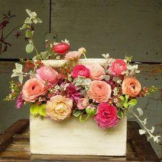 Meiga essa caixinha com lindas flores.