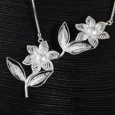 These daisies are wonderful... Imagine them around your neck... You should look so beautiful !