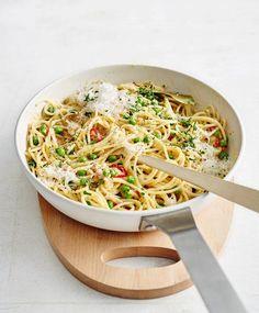 Scharfe Carbonara mit Peperoncino, Erbsen und Sardellen