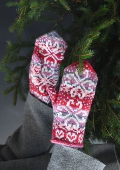 Välkommen - teetee Pallas Knit Mittens, Knitting Socks, Mitten Gloves, Knit Stranded, Wrist Warmers, Fair Isle Knitting, Fingerless Gloves, Needlework, Free Pattern