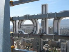 Изработката на покривна реклама от Артзона включва изработка и монтаж на носеща метална конструкция и светещи букви