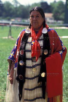 Lakota Indian Women Clothing | ... tradizionale.LAKOTA SIOUX native American wearing traditional clothing