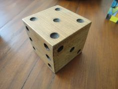 Dado feito de madeira