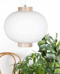 Meget vakker pendel fra svenske Globen Lighting. Med sin formfulle, hvite glasskuppel og detaljer i ask har Copehagen et sterkt, nordisk uttrykk. Lampen henges opp ved vaier og har hvit stoffledning.