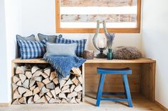 The new style of the mountains: DIY tip: bench with wooden handle - Dining Room Small Wooden Bench, Dining Room Bench, Firewood Storage, Small Places, Living Room With Fireplace, Bay Window, Wooden Handles, Decoration, Living Spaces