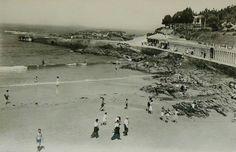 Playa de Santa Cristina, años 60/70, con embarcadero para la lancha pasajeros de La Coruña, chiringuito y casetas para mudarse de ropa/bañador.
