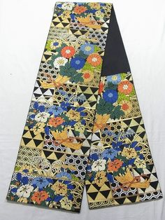 This is a gorgeous Hon-Fukuro obi with flower bouquet pattern of 'Kiku'(chrysanthemum) and 'Tsubaki' (camellia), which is woven with 'karaori'(woven thickly in chinese style) technique.