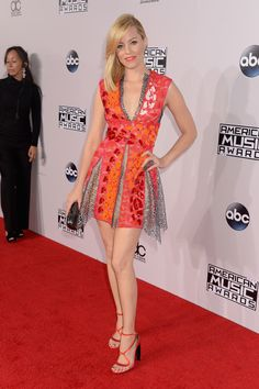 Elizabeth Banks arrives wearing a youthful hot pink and orange Peter Pilotto mini dress. via @stylelist
