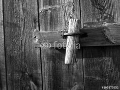 Riegel mit Bolzen aus Holz am Holzschuppen in Lipperreihe bei Bielefeld im Teutoburger Wald