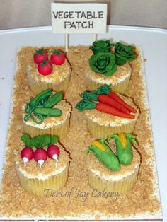 Garden patch cupcakes with fondant vegetables. Choco Cupcake Recipe, Cupcake Recipes, Cupcake Ideas, Peter Rabbit Cake, Peter Rabbit Birthday, Tea Party Baby Shower, Baby Shower Cakes, Allotment Cake, Deco