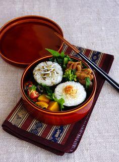 R journal: おにぎり弁当・Japanese riceball bento Cute Bento, Bento Kawaii, Bento Box Lunch, Japanese Bento Lunch Box, Japanese Food, Japanese Cuisine, Rice Balls, Bento Recipes, Recipe Ideas