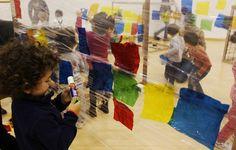 Papel film, pegamento, papeles de colores... Oral Motor Activities, Color Activities, Sensory Activities, Toddler Activities, Reggio Emilia, Movement Preschool, Infant Classroom, Baby Learning, Art Plastique
