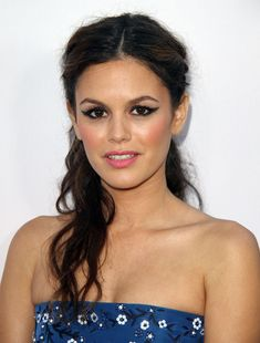 Rachel Bilson look is actually perfection. We're obsessed with he winged liner, candy pink lips, and romantic twists! http://www.cosmopolitan.com/hairstyles-beauty/skin-care-makeup/cosmo-beauties-of-the-week-july-26#slide-1